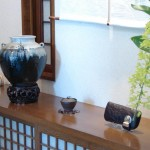 Entrance display: Chosen Karatsu jar, teapot with silver reishi knob, long wallet of pony hide